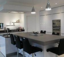 L'autre côté de la cuisine, 5 colonnes, armoire frigo, armoire congélateur séparée, colonne fours et rangement, colonne avec tiroirs coulissants et colonne étagères pour rangement vaisselle