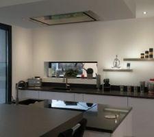 Coin cuisine, fenêtre fixe avec rebord à l'intérieur ce qui donne un espace déco sympatique