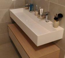 Vasque et baignoire îlot en Solid Surface Blanc mat. Mur en carreau ciment