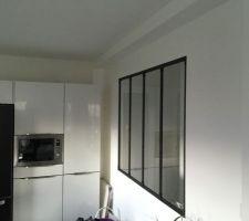 Verrière posée entre la cuisine et le couloir