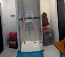 Salle de bain des enfants communicante avec leur chambre respective