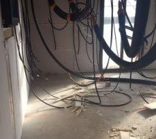 vue du futur cellier avec les arrivees et departs de cables