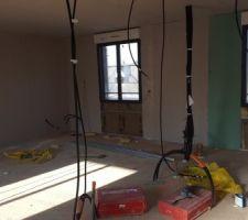 au rdc le passage des cables de fait par le plafond non accessible a l etage aussi sauf que ce sera accessible une fois termine grace a l acces aux combles