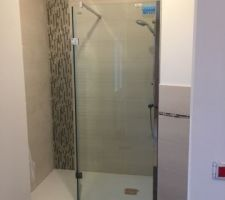 Salle de douche parental en attente de finition paroi de douche avec une partie pivotante.