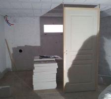 Préparation de la future cloison de la buanderie et calage de la porte