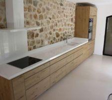 Idée du design de la cuisine (sans le mur en pierre)