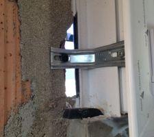 Trou à gauche de la fenêtre de la salle de bain du RDC