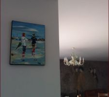 Accroché sur le retour de la cuisine, pour faire le lien avec les 4 peintures qui sont au dessus, face à la salle à manger