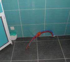 ma salle d eau sans ma baignoire balneo snif snif disparu le cable electrique lol en attendant la prise il y a un cache