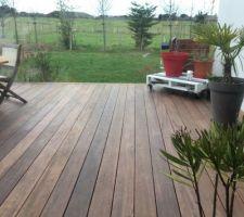 la terrasse plus 6mois apres la lasure est encore belle il faudra juste la nettoyer au printemps