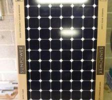 Les panneaux Sunpower en attente de montage dans le garage