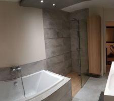 panorama de la salle de bain carrelage keraben nature grey