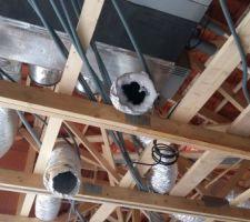 Mise en place de la pompe a chaleur ainsi que de la pieuvre électrique avant le passage du plaquiste