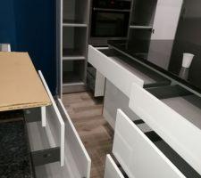 11 tiroirs plus possibilité de mettre des tiroirs ds colonnes