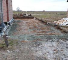 le terrassement pour la dalle du futur du garage car port est fait