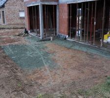 le terrassement pour la future terrasse est fait aussi bientot les bbq