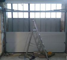Porte sectionnelle en cours de montage