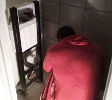 pose de la faience et du wc suspendu avec obligation de decouper le carrelage tout neuf pour fixer le bati du wc car la chape de finition est trop pauvre en colle et le wc ne tient pas