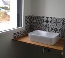 Salle de bain de l'étage opérationnelle. Manque le miroir, son éclairage et une étagère sous vasque.