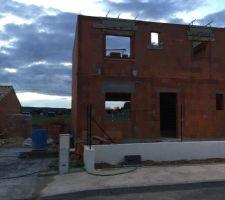 vu de la maison montee cote est on peut voir la future entree de la maison et a gauche il y aura le garage