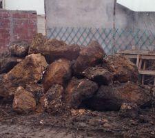 Les cailloux déterrés pour la mise en place du puisard de récupération des eaux de pluie