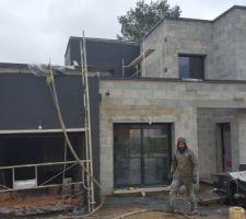 Enfin, notre maison va ressembler à une vraie Maison, grâce aux enduits! POur commencer, le gris galet !
