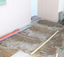 Pose de dalles gravillonnées, devant la maison : Nivellement.