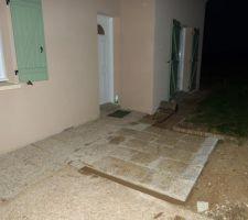 pose de dalles gravillonees encore quelques m supplementaires devant l entree de la maison