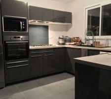 Aperçu coin cuisine pratiquement terminé IKEA gris brillant avec crédence en verre fumé