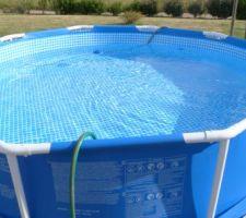 """On profitera de cette piscine, jusqu'à la mi septembre. Elle szera ensuite démontée et rangée, pour l'année prochaine. Mais, pour l'année prochaine, il faudra que je prépare le sol différemment. Probablement avec un carré de moquette de 3mx3m pour ne plus ressentir les gros grains de sable, sous le """"liner"""" de la piscine."""