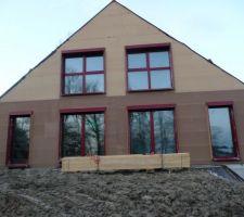 Façades sud et ses belles fenêtres rouges