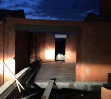 elevation des murs du garage terminee reste a poser la charpente traditionnelle pas encore livree au demeurant