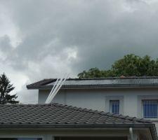 Pose des bacs acier sur le toit à la place des tuiles, préparation des supports de panneaux