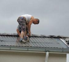 Pose des bacs acier sur le toit à la place des tuiles.