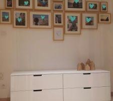 mur de cadres cadres milo de lm et meuble nordli de chez ikea