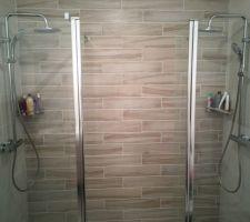 Douche avec les 2 parois. Parois fixe sur 70cm et 30cm battant