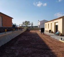 Extérieur : décaissement du terrain et construction du mur.
