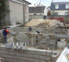 les macons sont sur site photo prise par mme ce midi rdv de chantier demain matin pour l adf des fondations