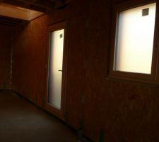 Porte d'entrée et fenêtre salle d'eau du rez de chaussée