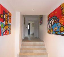 Le couloir menant du hall d'entrée au cellier a pris des couleurs