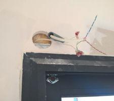 Apres la reception de la maison, nous avons attaqué la pose de l'alarme avec des capteurs sur les ouvrants et des capteurs de présences permettant de gerer différents scénarii. Nous avions fait tirer tous les cables de notre installation filaire avant la pose des placo.