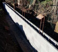 montage du mur de soutenement en limite de propriete