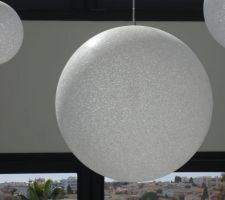 Boule séjour vu de près - éteinte - matière verre pailletté et craquelé - beau rendu même éteinte