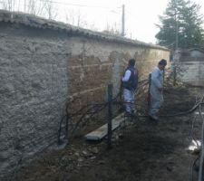 Projection de la sous-couche sur les murs en pisé (après application d'un grillage)