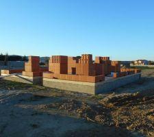 elevation des murs premiere rangee de brique terminee