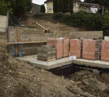les murs en parpaing banche a l arriere sont montes on apercoit les cours anglaises des salles d eau