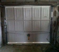Porte de garage a cassette basculante 1er prix au lieu d'une porte a cassette sectionnelle  qui ns a a été vendu mais pas inscrit à la notice  du coup on l'a ds le c...