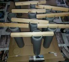 Fabrication des réservations pour piquets de la clôture. Et voila,samedi prochain,si le temps le permet, le béton sera coulé dans les blocs à bancher,il me suffira de mettre en place les réservations afin que, plus tard ,je mette en place les piquets pour la clôture du fond de jardin.