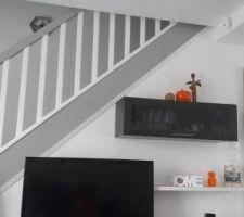 Baguette décorative mise sur l'escalier  vue du canapé