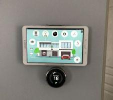 tablette de controle au mur jeedom et le nest en dessous